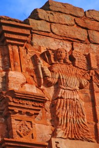 Sur le portail de la Mission San Ignacio, en Argentine.