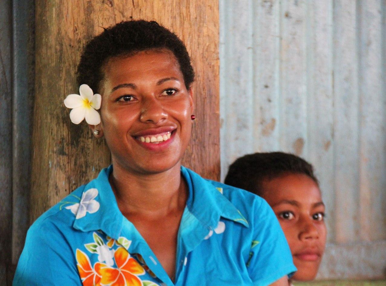 Dans les villages de Fidji, hommes et femmes portent la fleur à l'oreille.