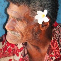 Les hommes aussi portent la fleur à l'oreille, à Fidji.