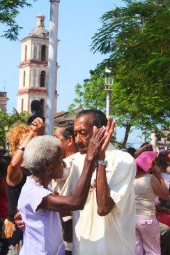 Des aînés qui dansent, sur une place de Remedios. (Cuba)