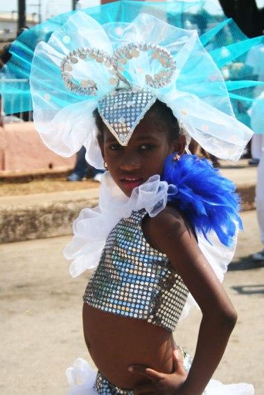 Une jeune danseuse, dans une parade à Cuba.