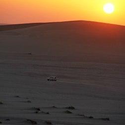 Coucher de soleil au milieu des dunes, au Qatar.