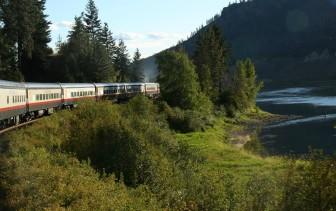 Le train Rocky Mountaineer longe de nombreuses rivières. (Canada)