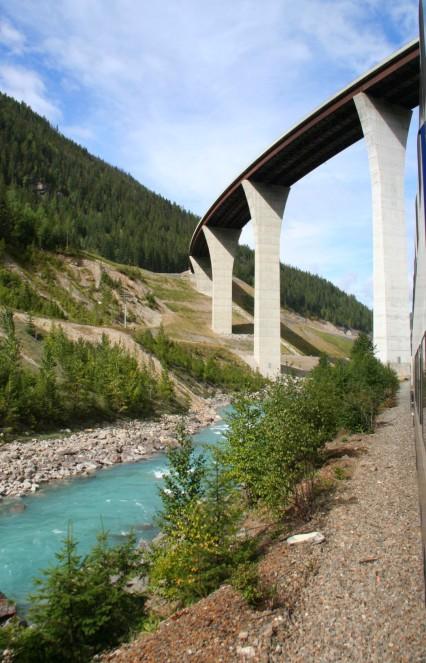 Tunnels et viaducs impressionnants, le long du parcours.