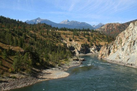 Le train longe des rivières, alimentées par des glaciers.