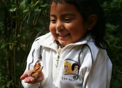 Une fillette et son monarque, au Sanctuaire del Rosario.
