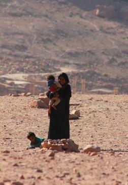 Une mère et ses enfants, à Péta, en Jordanie.