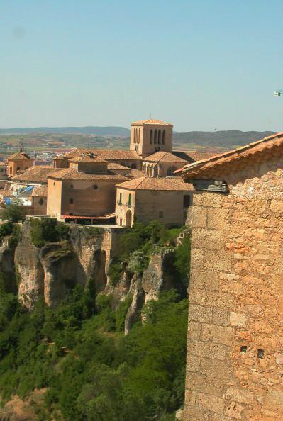 Cuenca est perchée sur le bord d'une falaise.