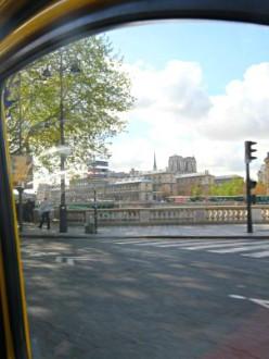 Une promenade en 2CV permet des points de vue inusités sur Paris.