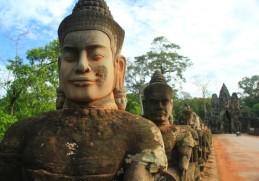 Les statues à l'entrée d'Angkor Thom