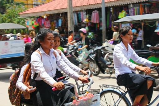 Jeunes filles à vélo dans les rues de Siem Reap.