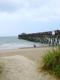Dunes et quai de la Cherry Grove Beach.