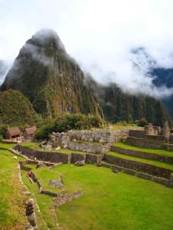 Huayna Picchu domine le site.