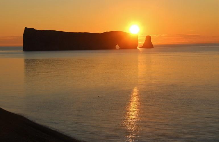 Le Rocher Percé, au lever du soleil, en Gaspésie