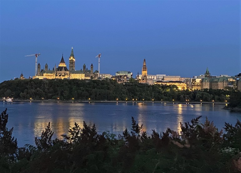Colline parlementaire à Ottawa, vue de l'autre rive.